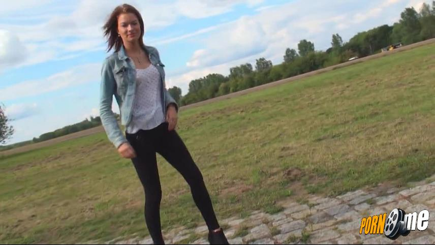 dirty-yamila in Outdoor mit geilen High-Heels und Leggings!